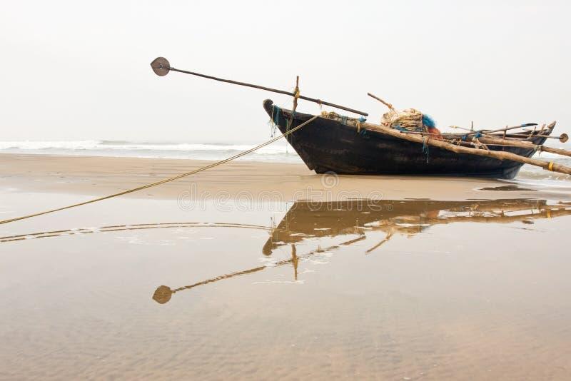 ψαράς βαρκών παραλιών στοκ φωτογραφία