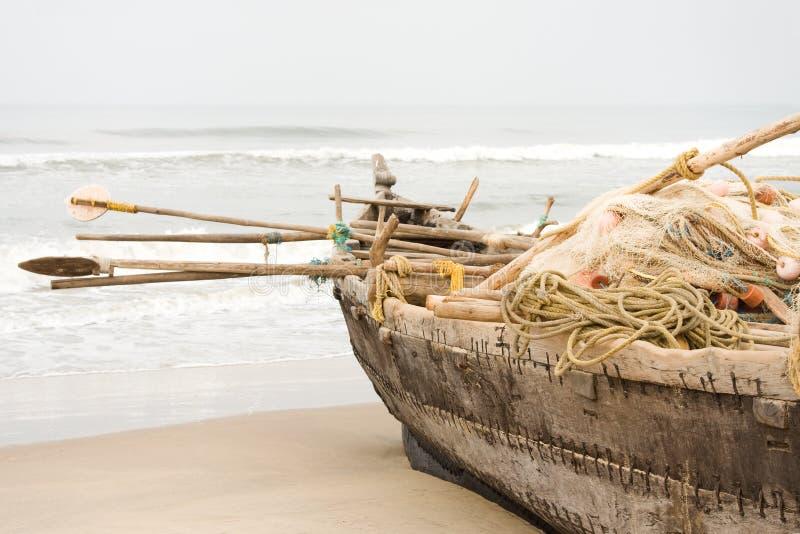 ψαράς βαρκών που αλιεύει το πλήρες εργαλείο στοκ εικόνα