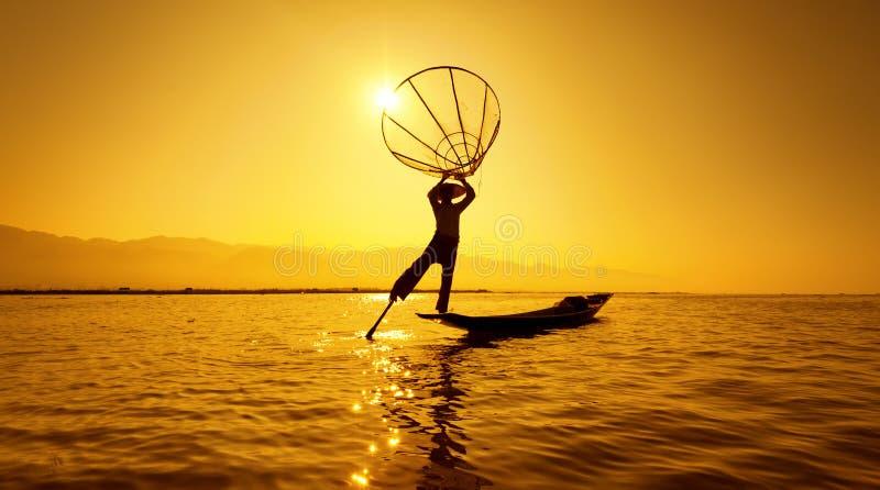 Ψαράς λιμνών της Βιρμανίας το Μιανμάρ Inle στη βάρκα που πιάνει τα ψάρια