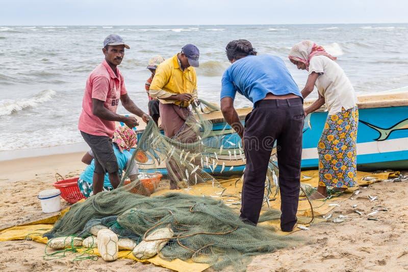 Ψαράς κατά μήκος της παραλίας στοκ φωτογραφίες