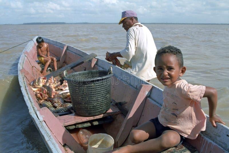 Ψαράς, παιδιά και ψάρια, Galibi, Σουρινάμ στοκ εικόνα με δικαίωμα ελεύθερης χρήσης