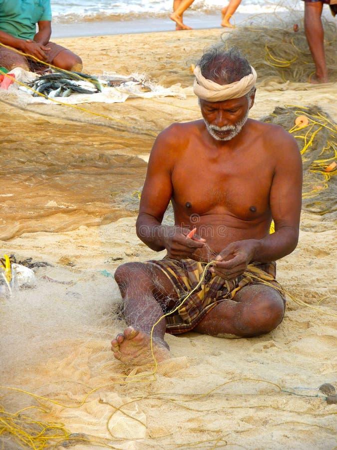 Ψαράς που επισκευάζει το δίχτυ ψαρέματος του στοκ φωτογραφίες με δικαίωμα ελεύθερης χρήσης