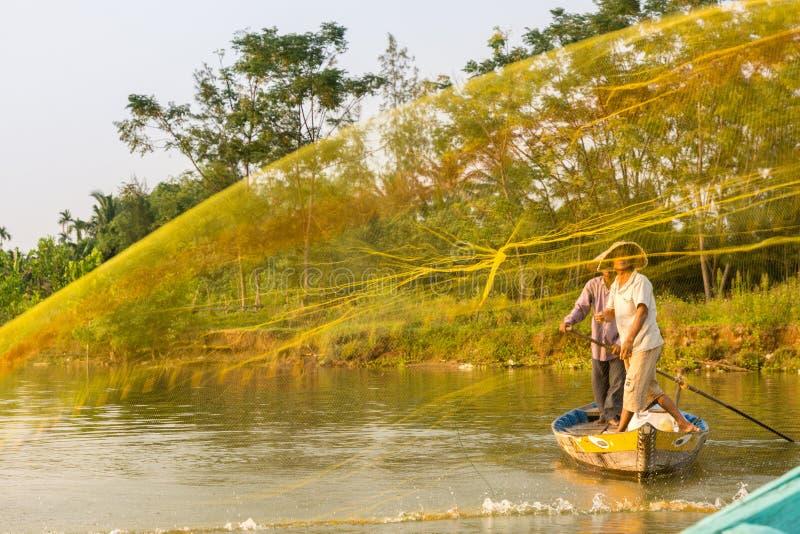 Ψαράς που ρίχνει το δίχτυ του στον ποταμό Thu Bon κοντά σε Hoi ένα μέσα Β στοκ φωτογραφία με δικαίωμα ελεύθερης χρήσης