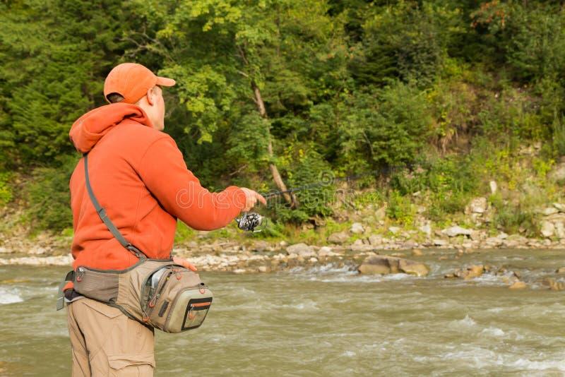 Ψαράς σε έναν ποταμό βουνών στοκ εικόνες