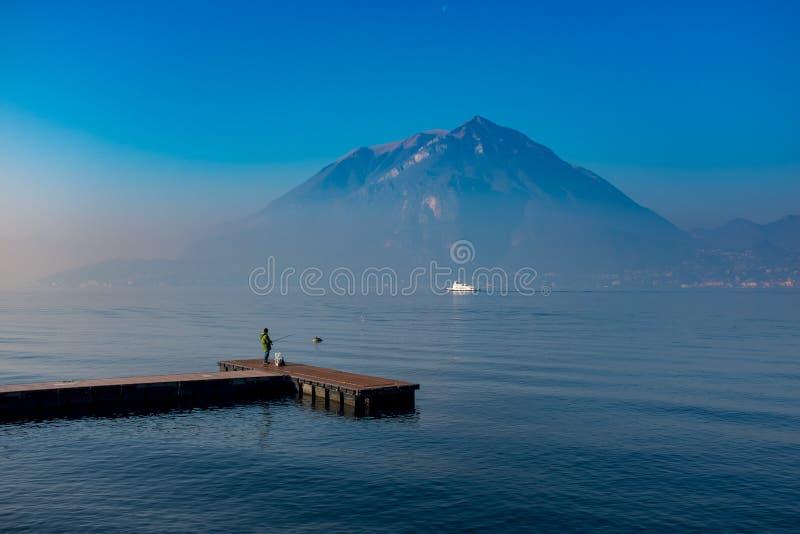 Ψαράς στη λίμνη Como στοκ εικόνα