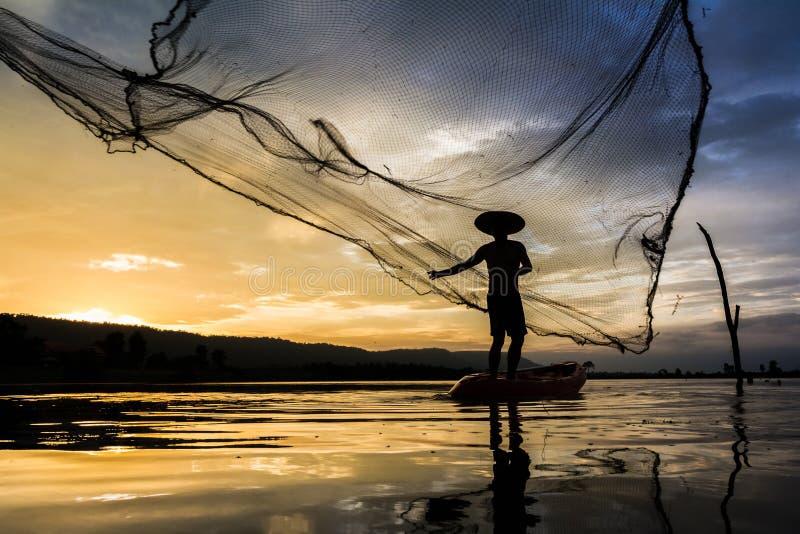 Ψαράς της Ασίας στη δράση Ταϊλάνδη στοκ εικόνα