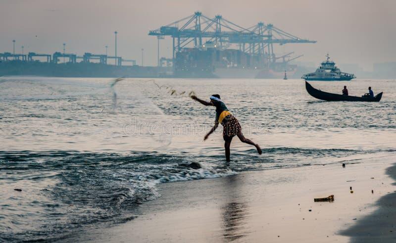 Ψαράς Kochi οχυρών που ρίχνει το δίχτυ του στο νερό Ινδία στοκ φωτογραφίες