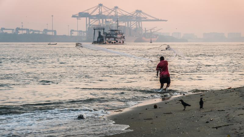 Ψαράς Kochi οχυρών που ρίχνει το δίχτυ του στο νερό στοκ φωτογραφίες