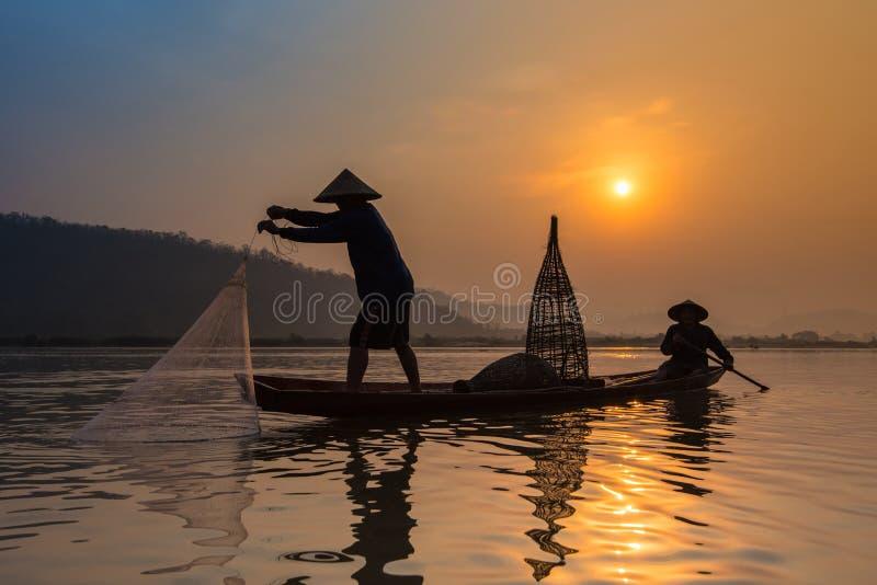 Ψαράδες στον ποταμό στην ανατολή στοκ φωτογραφία με δικαίωμα ελεύθερης χρήσης