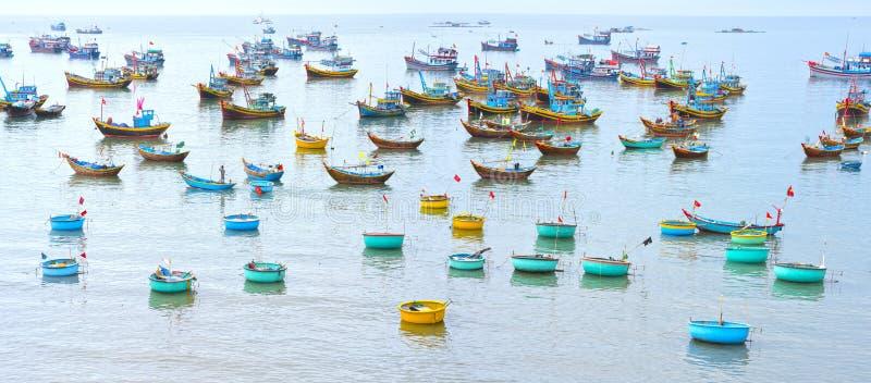 Ψαροχώρι και παραδοσιακά βιετναμέζικα αλιευτικά σκάφη στοκ εικόνα