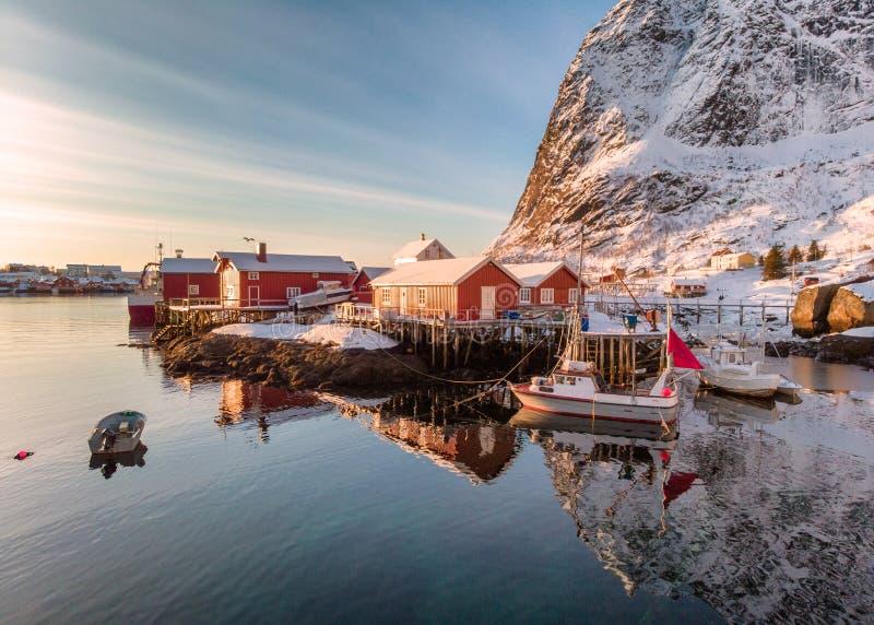 Ψαροχώρι με το λιμένα στη χειμερινή κοιλάδα στο πρωί ανατολής στοκ φωτογραφία