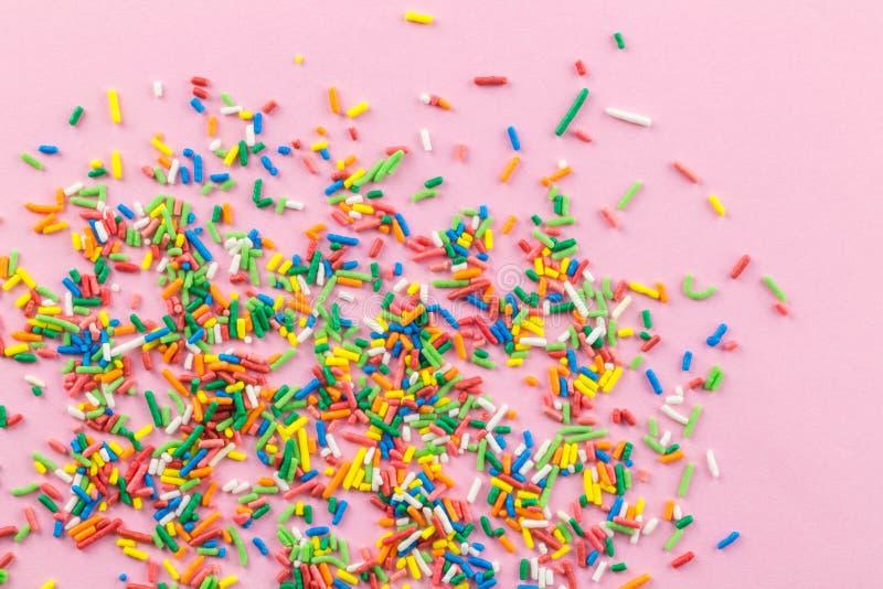 Ψεκάζει στο ρόδινο υπόβαθρο - πολύς πολύχρωμος ψεκάζει στο ροζ - τοπ άποψη στοκ φωτογραφία με δικαίωμα ελεύθερης χρήσης