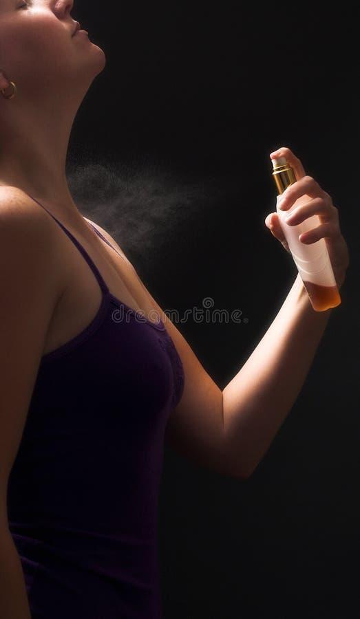 ψεκάζοντας γυναίκα αρώματος στοκ φωτογραφία