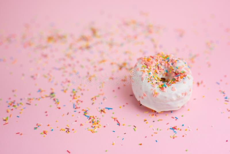 Ψεκάστε ρόδινο doughnut σε ένα ρόδινο υπόβαθρο με το διάστημα για το σχέδιο απαγορευμένα στοκ εικόνες