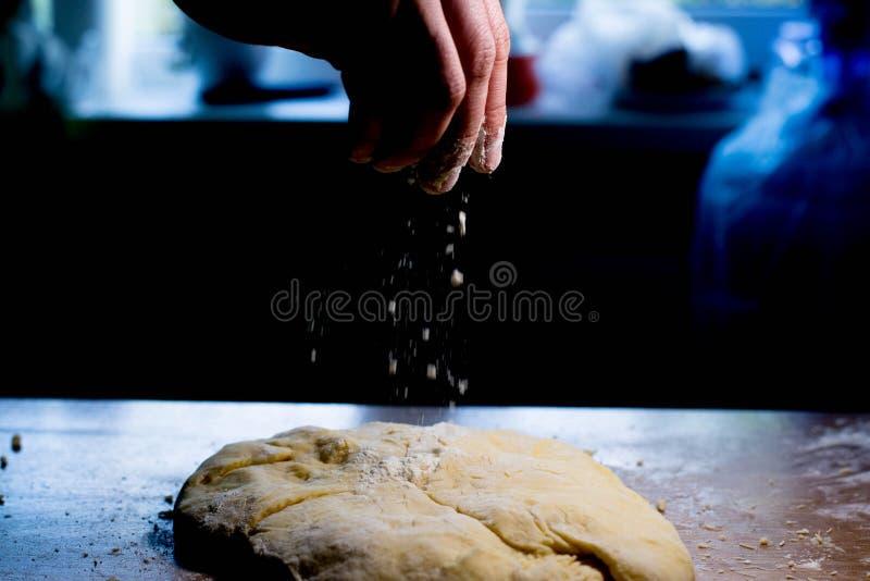 Ψεκάστε τη ζύμη με το αλεύρι Προετοιμάστε τη ζύμη στοκ εικόνες με δικαίωμα ελεύθερης χρήσης