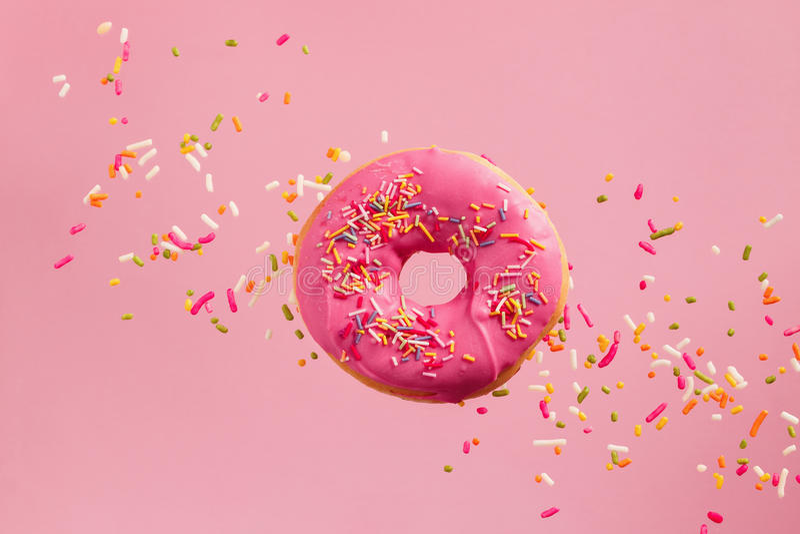 Ψεκασμένο ρόδινο doughnut στοκ εικόνες