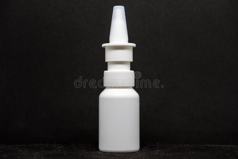 Ψεκασμός για τα φάρμακα στο μαύρο υπόβαθρο στοκ φωτογραφίες