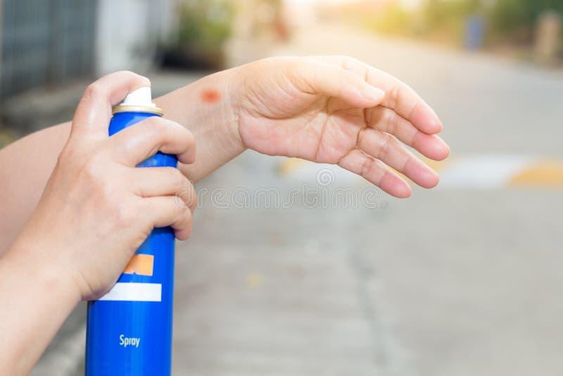 Ψεκασμός γυναικών στον πόνο καρπών και αγκώνων και το αίσθημα κακός στο δρόμο έξω μεταξύ της άσκησης, έννοια υγειονομικής περίθαλ στοκ εικόνα