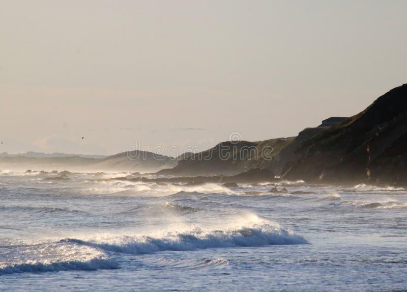 Ψεκασμός και κύματα σε ένα θυελλώδες πρωί σε Tweedmouth στοκ εικόνες