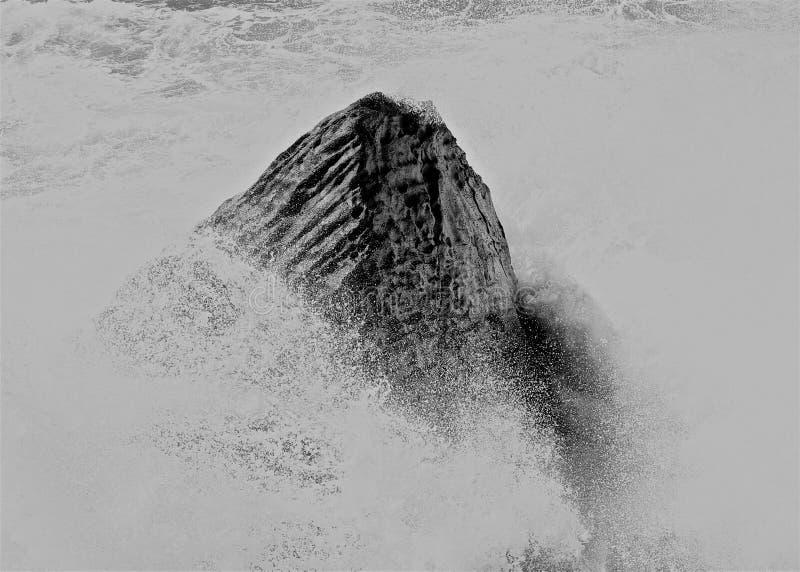 Ψεκασμός κυμάτων βράχου στοκ εικόνες