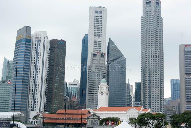 Ψηλά κτίρια στην κεντρική λοταρία εμπορικού κέντρου της Σιγκαπούρης στοκ εικόνα