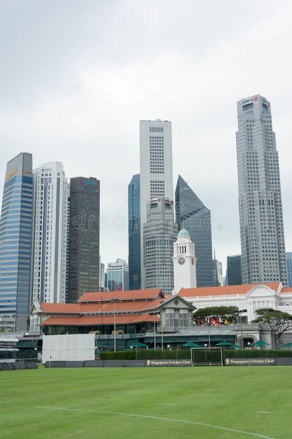 Ψηλά κτίρια στην κεντρική λοταρία εμπορικού κέντρου της Σιγκαπούρης στοκ φωτογραφία