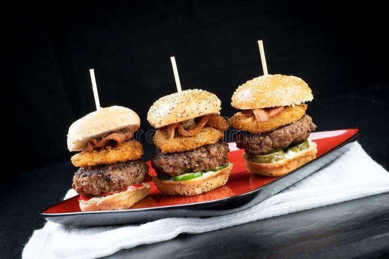 Ψηλά μίνι burgers βόειου κρέατος ολισθαινόντων ρυθμιστών που μοιράζονται τα τρόφιμα στοκ εικόνες με δικαίωμα ελεύθερης χρήσης