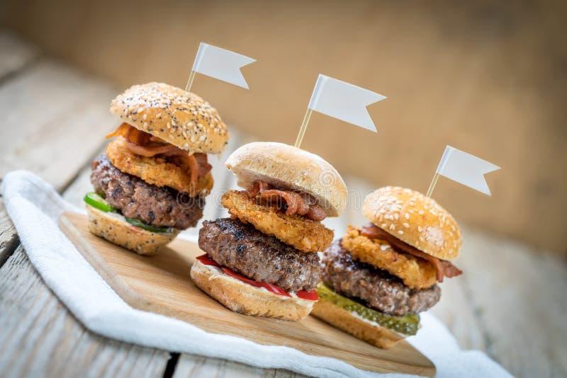 Ψηλά μίνι burgers βόειου κρέατος ολισθαινόντων ρυθμιστών που μοιράζονται τα τρόφιμα στοκ φωτογραφίες με δικαίωμα ελεύθερης χρήσης