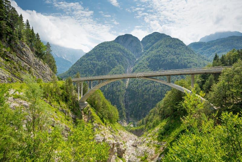 Ψηλή γέφυρα στα βουνά στοκ εικόνες