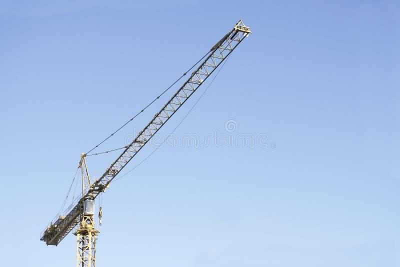 Ψηλός υψηλός γερανών πύργων στο κίτρινο χρώμα ουρανού για στενό επάνω εργοτάξιων οικοδομής και ναυπηγικής της δομής στοκ φωτογραφία με δικαίωμα ελεύθερης χρήσης