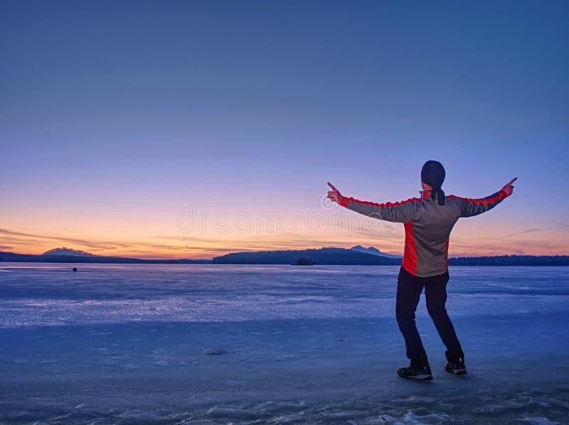 Ψηλό άτομο με τα θερμά ενδύματα και ΚΑΠ στην ακτή ειρηνικού στοκ εικόνες