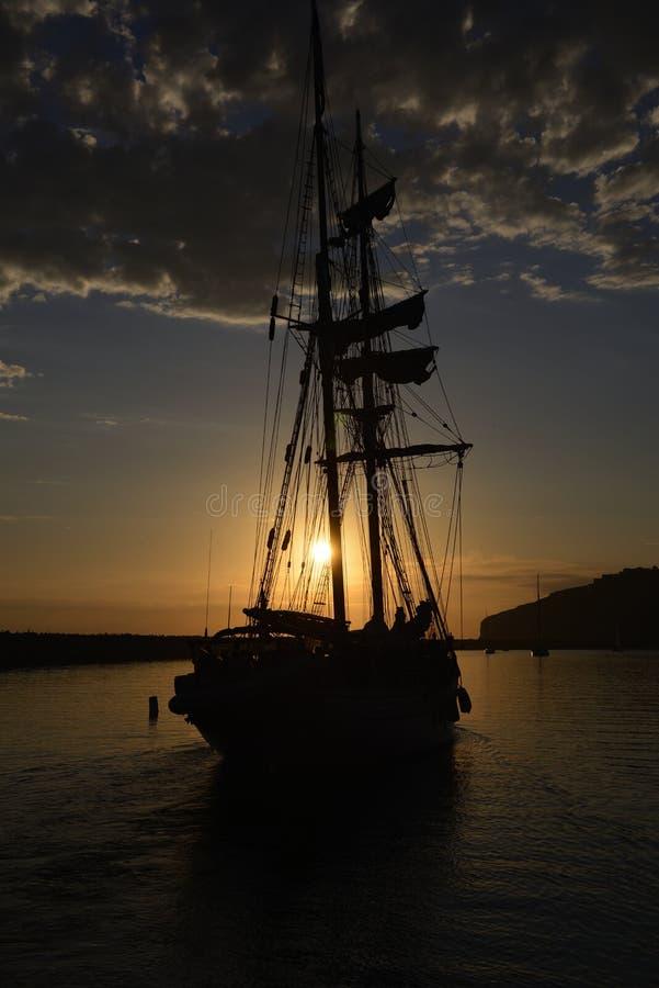 Ψηλό ηλιοβασίλεμα σκαφών στοκ φωτογραφία με δικαίωμα ελεύθερης χρήσης