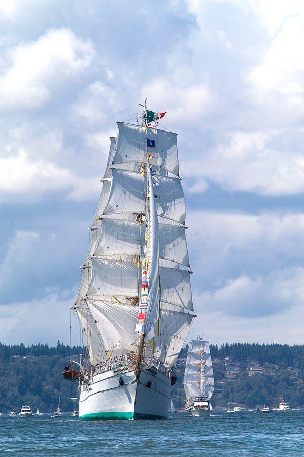 Ψηλό σκάφος στον κόλπο έναρξης στοκ εικόνες
