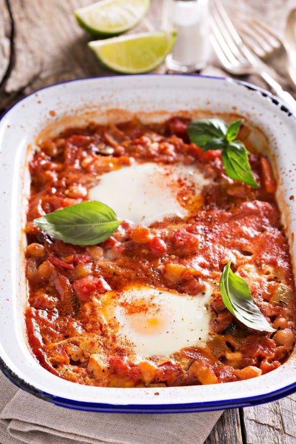 Ψημένα αυγά με τα λαχανικά και chickpeas στοκ εικόνες