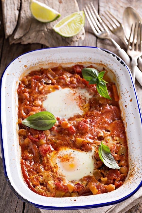 Ψημένα αυγά με τα λαχανικά και chickpeas στοκ εικόνα