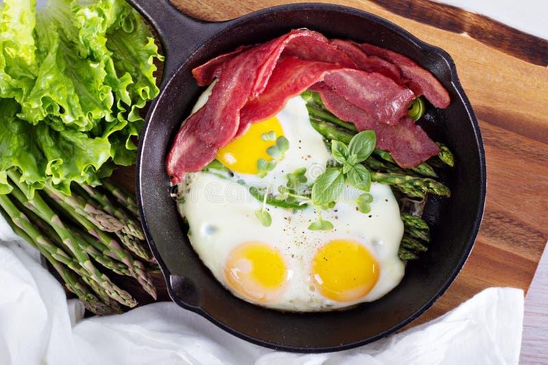 Ψημένα αυγά με το σπαράγγι και το μπέϊκον στοκ φωτογραφία