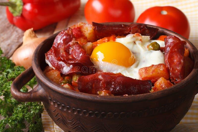 Ψημένα αυγά με chorizo και λαχανικά στο δοχείο οριζόντιος στοκ εικόνα με δικαίωμα ελεύθερης χρήσης