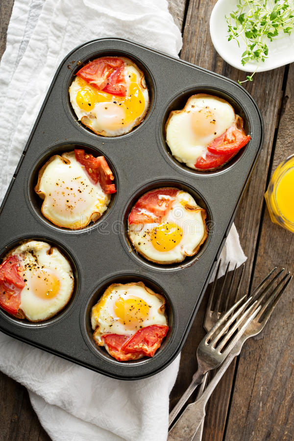 Ψημένα αυγά στον κασσίτερο maffin στοκ εικόνα με δικαίωμα ελεύθερης χρήσης
