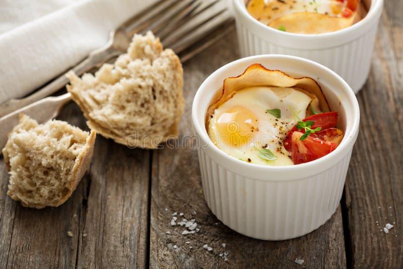 Ψημένα αυγά στο μικρό ramekin στοκ εικόνα με δικαίωμα ελεύθερης χρήσης