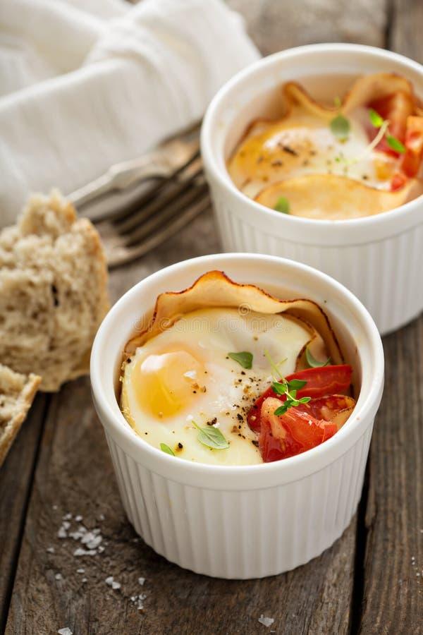 Ψημένα αυγά στο μικρό ramekin στοκ φωτογραφία
