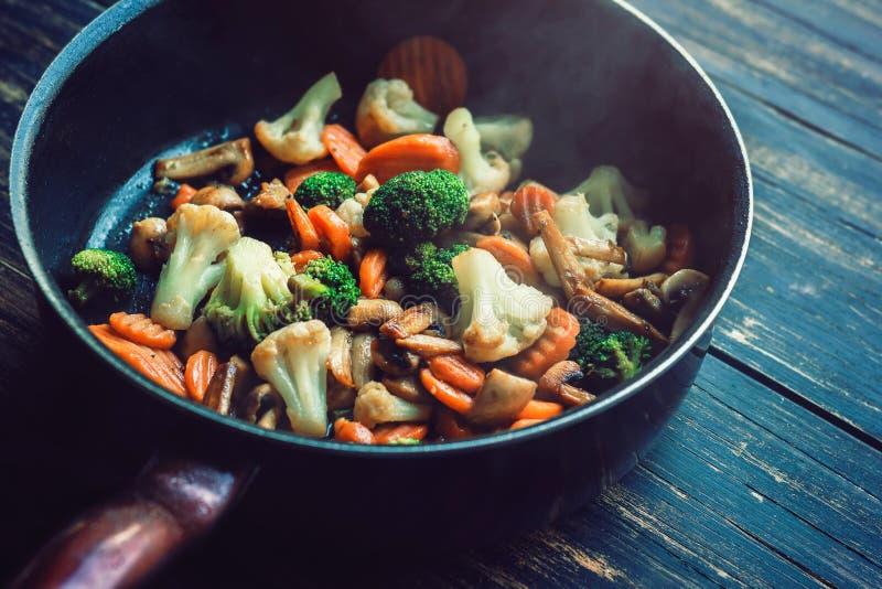 Ψημένα λαχανικά σε ένα τηγανίζοντας τηγάνι στοκ εικόνες με δικαίωμα ελεύθερης χρήσης