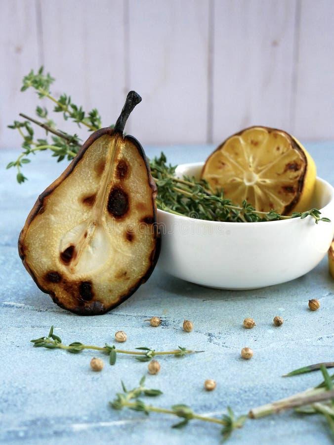 Ψημένα αχλάδι, λεμόνι και χορτάρια στοκ φωτογραφία