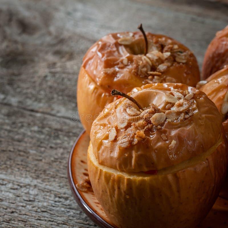 Ψημένα εύγευστα μήλα με το granola Υγιής επιλογή κατανάλωσης στοκ εικόνες