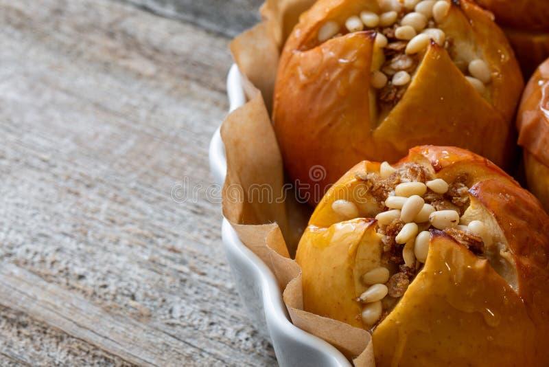 Ψημένα εύγευστα μήλα με το granola Υγιής επιλογή κατανάλωσης στοκ φωτογραφία με δικαίωμα ελεύθερης χρήσης