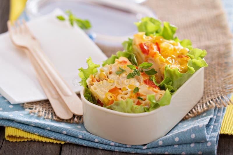 Ψημένα ζυμαρικά με το αυγό και τα λαχανικά στοκ εικόνες με δικαίωμα ελεύθερης χρήσης