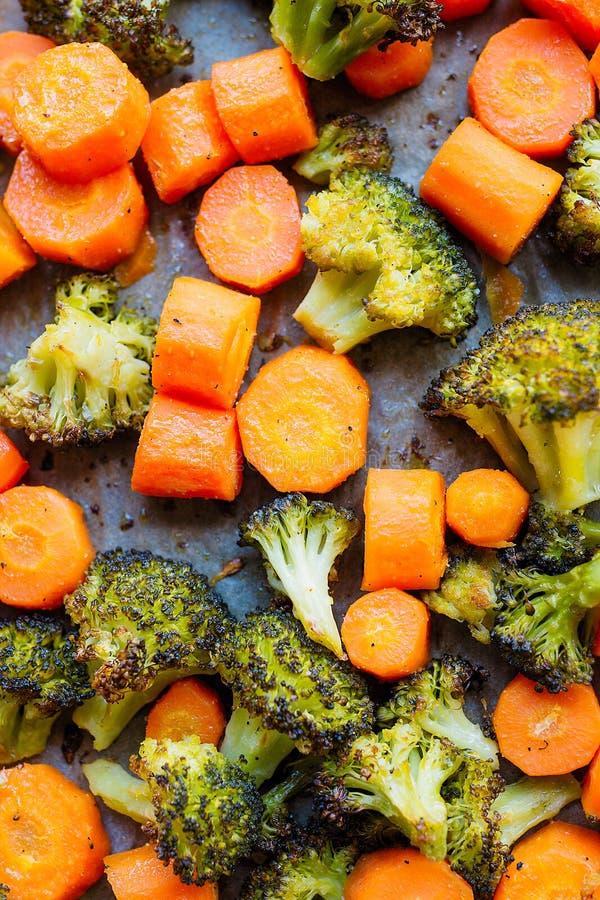 Ψημένα καρότα και μπρόκολο, ακόμα καυτός και βράζοντας στον ατμό στοκ εικόνα