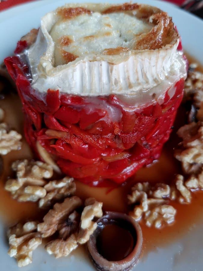 Ψημένα κόκκινα πιπέρια με το τυρί και τα ξύλα καρυδιάς αιγών στοκ φωτογραφίες