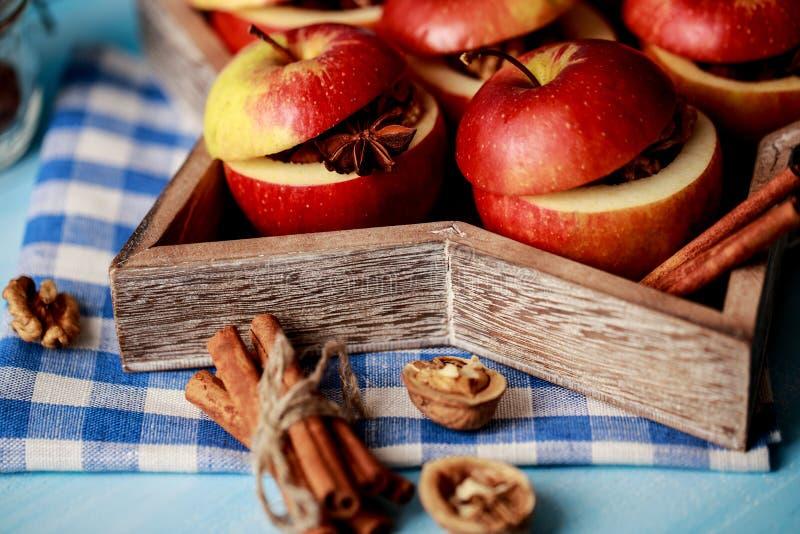 Ψημένα μήλα με την κανέλα στο αγροτικό υπόβαθρο Επιδόρπιο φθινοπώρου ή χειμώνα Φωτογραφία κινηματογραφήσεων σε πρώτο πλάνο νόστιμ στοκ φωτογραφία με δικαίωμα ελεύθερης χρήσης