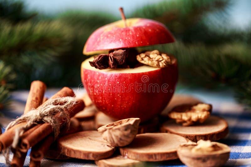 Ψημένα μήλα με την κανέλα στο αγροτικό υπόβαθρο Επιδόρπιο φθινοπώρου ή χειμώνα Φωτογραφία κινηματογραφήσεων σε πρώτο πλάνο νόστιμ στοκ εικόνες