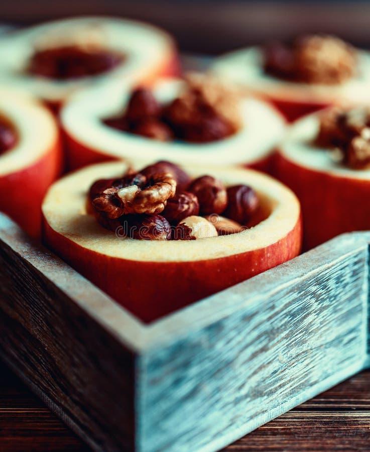 Ψημένα μήλα με την κανέλα στο αγροτικό υπόβαθρο Επιδόρπιο φθινοπώρου ή χειμώνα Φωτογραφία κινηματογραφήσεων σε πρώτο πλάνο νόστιμ στοκ φωτογραφίες με δικαίωμα ελεύθερης χρήσης